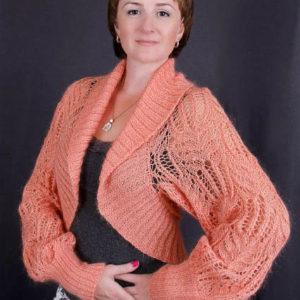 болеро нежного абрикосового цвета с длинным рукавом из ангоры ,выполненно узором «Медвежьи лапы», описание, вязание на заказ